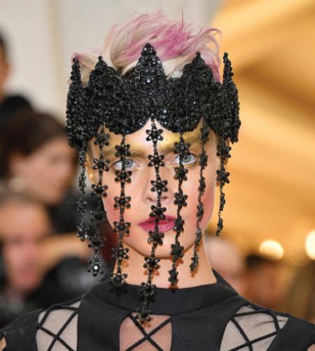 Cara Delevingne pink hair at the Met ball
